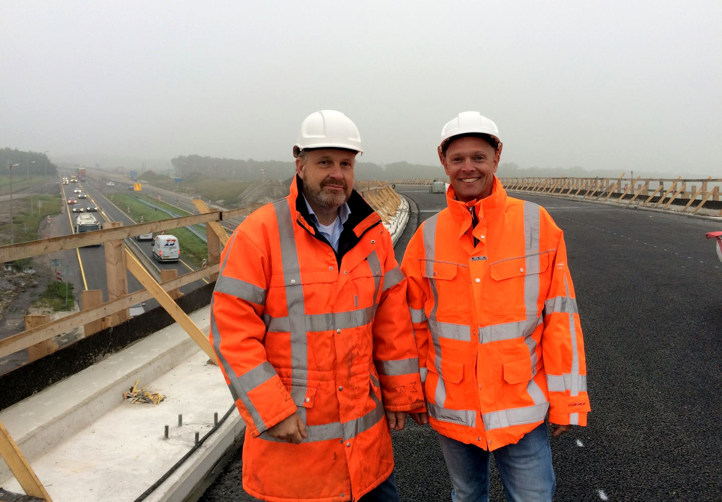 Contractor Mente Bonestroo (Gebr Van der Lee) and contract awarder Dirk-Jan Lepstra (Province of Friesland) on the De Fiver flyover at the new Joure Intersection (photograph: (foto: Omrop Frysl�n)
