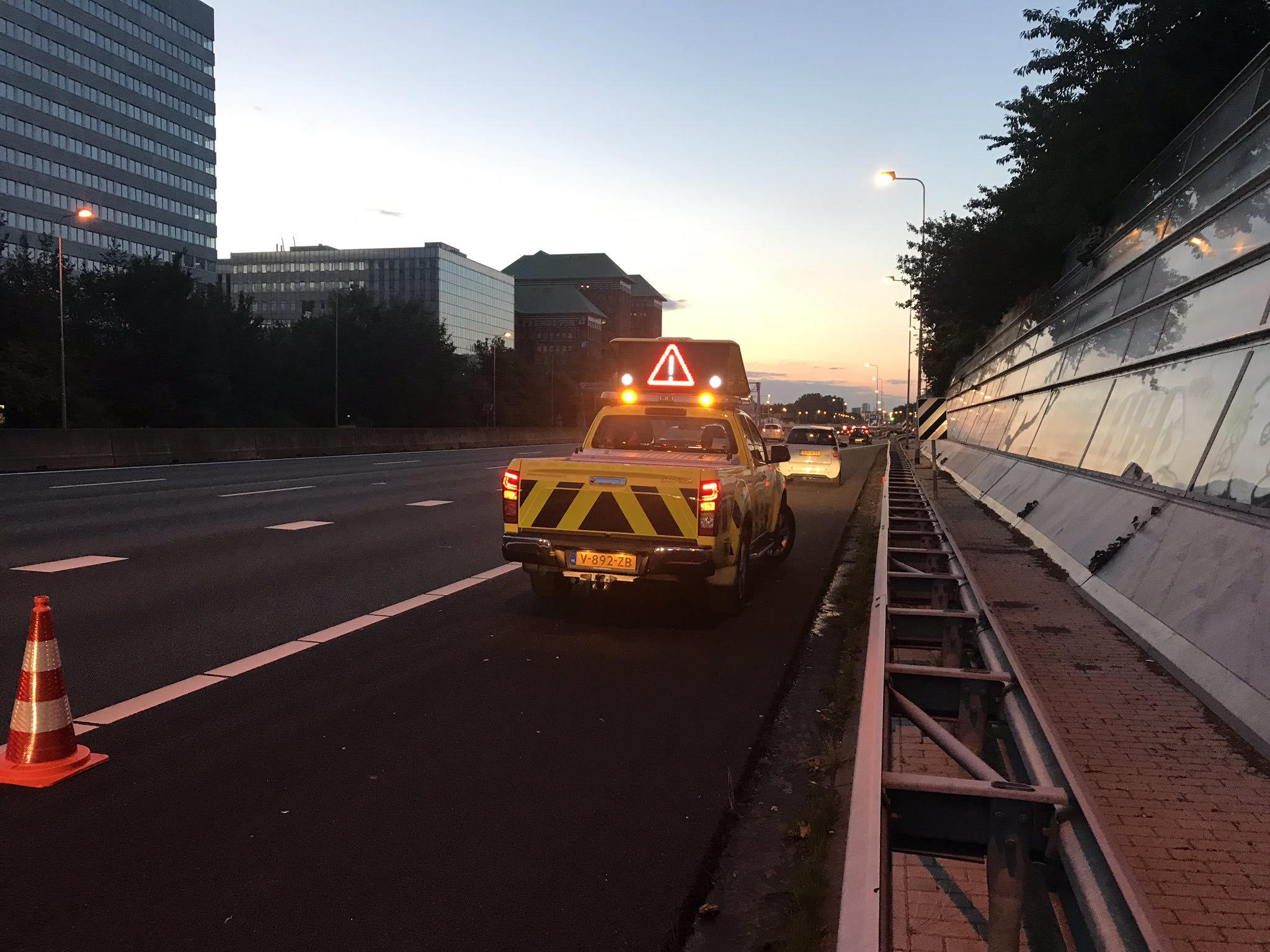 Rijkswaterstaat securing an abandoned vehicle on the A10 motorway on 20 June 2019 (photograph: Road Inspector Stefan)